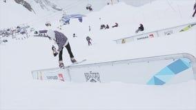 Snowboarder maakt terug dia op ijzer slepen Landschap SNEEUW BERGEN Wedstrijdmensen skiers stock footage