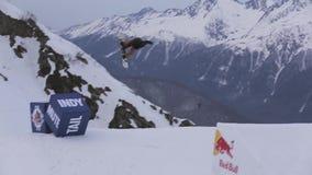 Snowboarder machen extreme leichte Schläge vom Sprungbrett Berge Makro des grünen Grases drehzahl stock video