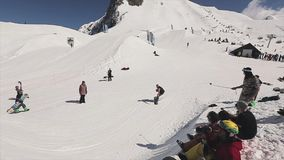 Snowboarder machen Sprung auf Sprungbrettwurfsball im Korb Leute drehzahl stock footage