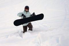 Snowboarder marchant dans l'exposition profonde Photos libres de droits
