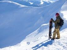 Snowboarder med Splitbord i bergen royaltyfri fotografi