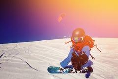 Snowboarder mit einem Drachen stockbilder
