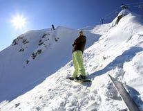 Snowboarder in montagne del Caucaso immagine stock