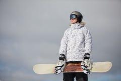 Snowboarder mot solen och himmel Arkivfoto