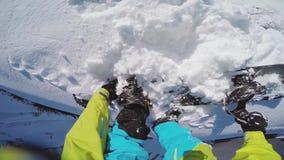 Snowboarder na górze снежной горы день солнечный Идет pro камера на голове сток-видео