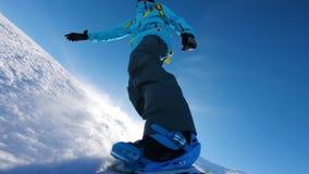 Snowboarder na trilha em montanhas alpinas vídeos de arquivo