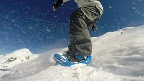 Snowboarder na trilha em montanhas alpinas filme