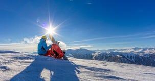 Snowboarder na wierzchołku góra, Alpejska sceneria Zdjęcie Royalty Free