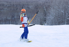 Snowboarder neemt op de berg op skilift toe stock foto's