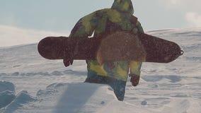 Snowboarder neemt op de berg toe stock videobeelden