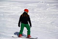 Snowboarder nel moto, lo snowboarder sul pendio dello sci Immagine Stock