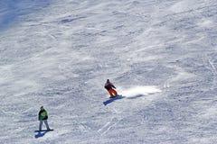 Snowboarder nel moto, lo snowboarder sul pendio dello sci Fotografie Stock