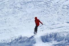 Snowboarder nel moto, lo snowboarder sul pendio dello sci Fotografia Stock