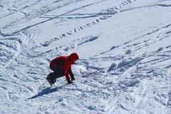 Snowboarder nel moto, lo snowboarder sul pendio dello sci Immagine Stock Libera da Diritti