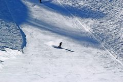Snowboarder nel moto, lo snowboarder sul pendio dello sci Immagini Stock Libere da Diritti