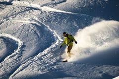 Snowboarder no pó fresco no por do sol foto de stock royalty free