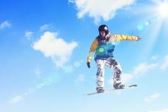 Snowboarder no salto Fotos de Stock Royalty Free