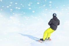 Snowboarder no sportswear brilhante que faz o truque contra do fundo bonito do inverno imagens de stock