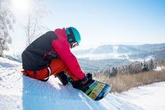 Snowboarder odpoczywa w górach Obrazy Stock