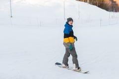 Snowboarder odprowadzenie w zima dniu Obraz Royalty Free