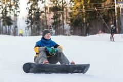 Snowboarder odprowadzenie w zima dniu Obrazy Royalty Free