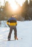 Snowboarder odprowadzenie w zima dniu Zdjęcia Royalty Free