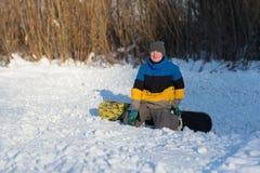 Snowboarder odprowadzenie w zima dniu Zdjęcia Stock