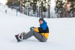 Snowboarder odprowadzenie w zima dniu Zdjęcie Royalty Free