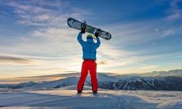 Snowboarder op de bovenkant van berg, Alpien landschap stock fotografie