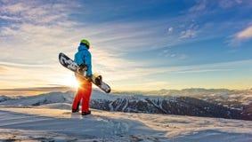 Snowboarder op de bovenkant van berg, Alpien landschap royalty-vrije stock afbeelding