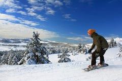 Snowboarder op de helling stijgt royalty-vrije stock afbeeldingen