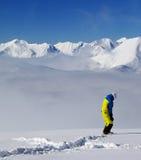 Snowboarder op off-piste helling met nieuwe gevallen sneeuw Royalty-vrije Stock Foto