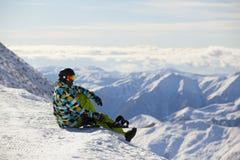 Snowboarder på överkanten av berget Fotografering för Bildbyråer