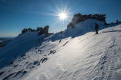 Snowboarder på berget Fotografering för Bildbyråer