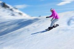 Snowboarder på en skidasemesterort Royaltyfria Bilder