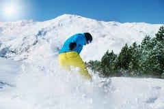 Snowboarder på en skidasemesterort arkivbild