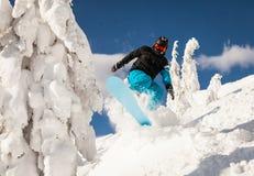 Snowboarder på lutningarna Arkivbild