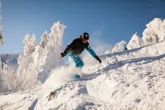 Snowboarder på lutningarna Fotografering för Bildbyråer