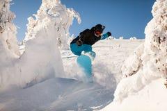 Snowboarder på lutningarna Arkivfoto