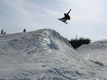 Snowboarder p? h?rn arkivbilder