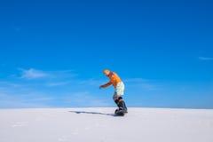 Snowboarder przejażdżki daleko zestrzelają piasek diunę Zdjęcie Royalty Free