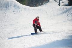 Snowboarder przejażdżki nad świeżym śniegiem po skakać Obraz Royalty Free