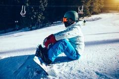 Snowboarder przygotowywający dla jazda na snowboardzie na zimy góry wierzchołku Obrazy Royalty Free