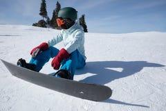 Snowboarder przygotowywający dla jazda na snowboardzie na zimy góry wierzchołku Fotografia Royalty Free