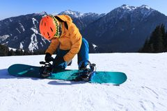 Snowboarder przygotowywający dla jazda na snowboardzie na zimy góry wierzchołku Fotografia Stock