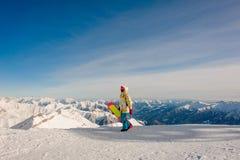 Snowboarder que camina en la colina en Gudauri, Georgia Imagen de archivo libre de regalías