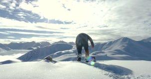 Snowboarder que consigue 4k listo metrajes