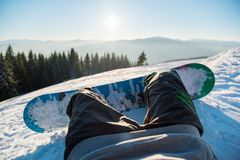 Snowboarder que descansa nas montanhas fotos de stock