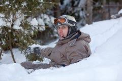 Snowboarder que encontra-se na neve Fotos de Stock Royalty Free