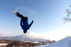 Snowboarder que envia o fora do salto backcountry foto de stock royalty free
